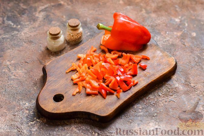 Фото приготовления рецепта: Рассольник с копчёностями, перловкой, томатной пастой и сладким перцем - шаг №7