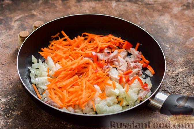Фото приготовления рецепта: Рассольник с копчёностями, перловкой, томатной пастой и сладким перцем - шаг №9
