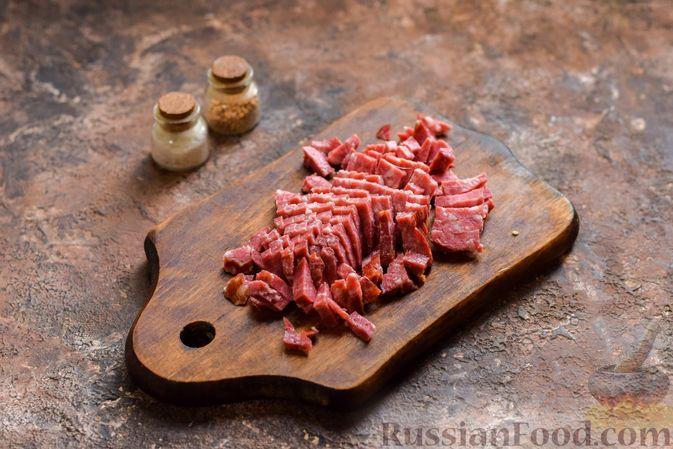 Фото приготовления рецепта: Рассольник с копчёностями, перловкой, томатной пастой и сладким перцем - шаг №10