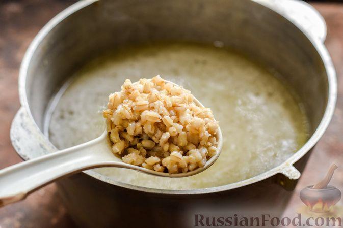 Фото приготовления рецепта: Рассольник с копчёностями, перловкой, томатной пастой и сладким перцем - шаг №4