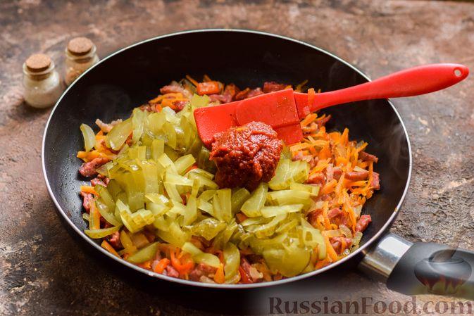 Фото приготовления рецепта: Рассольник с копчёностями, перловкой, томатной пастой и сладким перцем - шаг №13