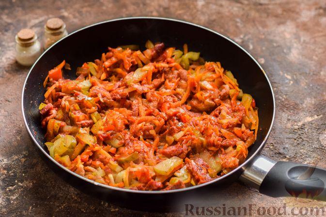 Фото приготовления рецепта: Рассольник с копчёностями, перловкой, томатной пастой и сладким перцем - шаг №14