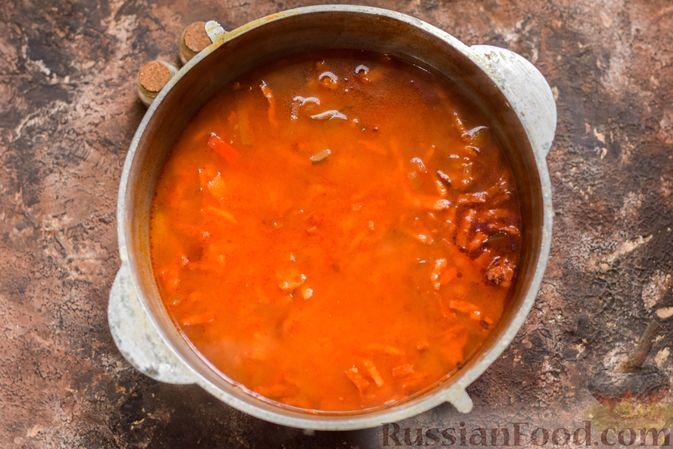 Фото приготовления рецепта: Рассольник с копчёностями, перловкой, томатной пастой и сладким перцем - шаг №15
