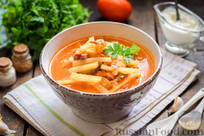 Фото приготовления рецепта: Рассольник с копчёностями, перловкой, томатной пастой и сладким перцем - шаг №16