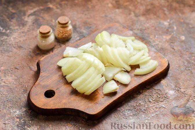 Фото приготовления рецепта: Салат с крабовыми палочками, кальмарами, зелёным горошком и яйцами - шаг №4
