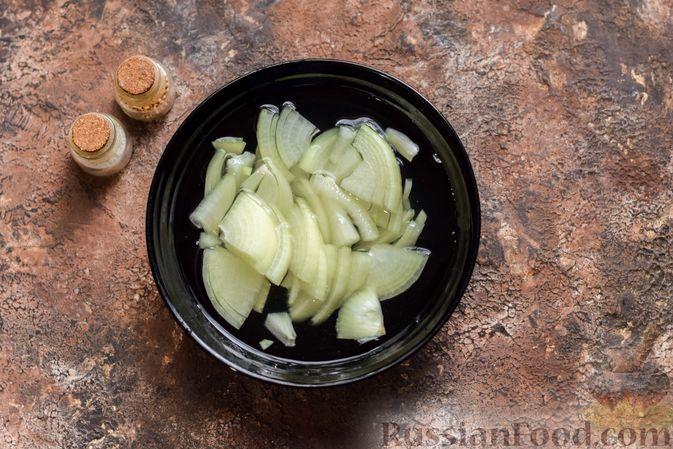 Фото приготовления рецепта: Салат с крабовыми палочками, кальмарами, зелёным горошком и яйцами - шаг №5
