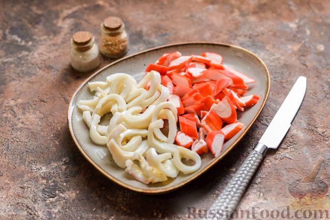 Фото приготовления рецепта: Салат с крабовыми палочками, кальмарами, зелёным горошком и яйцами - шаг №6