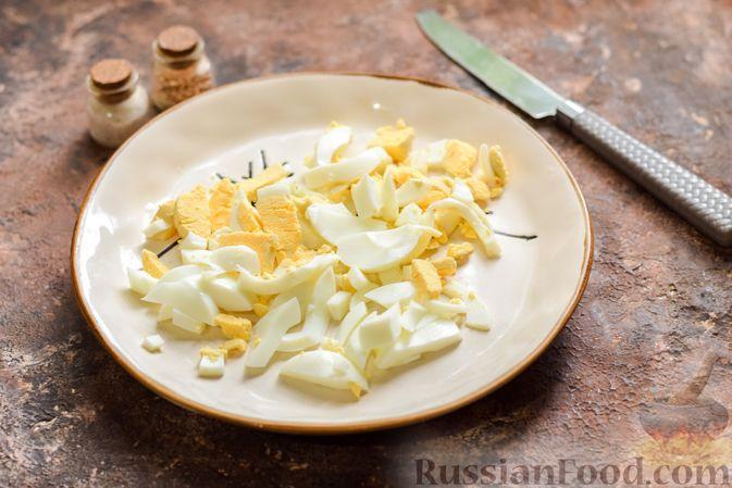Фото приготовления рецепта: Салат с крабовыми палочками, кальмарами, зелёным горошком и яйцами - шаг №7