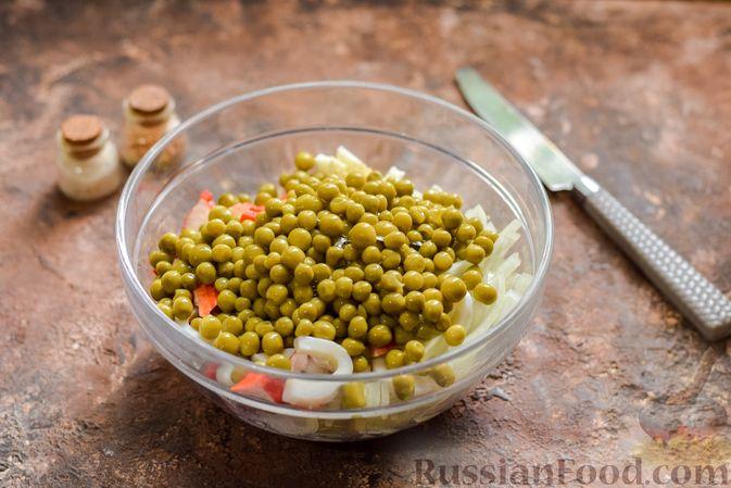 Фото приготовления рецепта: Салат с крабовыми палочками, кальмарами, зелёным горошком и яйцами - шаг №9