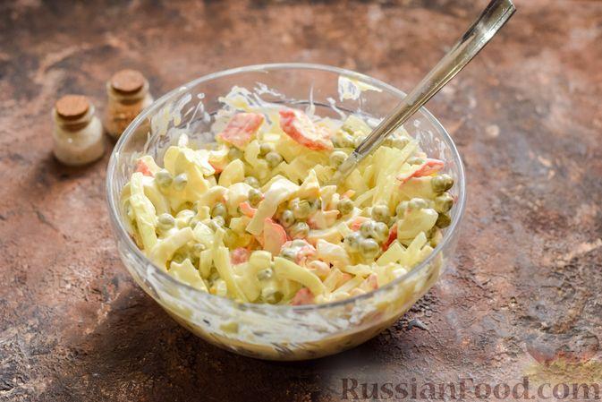 Фото приготовления рецепта: Салат с крабовыми палочками, кальмарами, зелёным горошком и яйцами - шаг №11