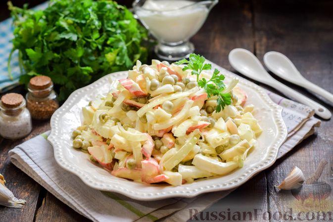 Фото приготовления рецепта: Салат с крабовыми палочками, кальмарами, зелёным горошком и яйцами - шаг №12