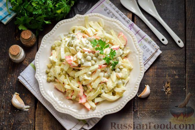 Фото приготовления рецепта: Салат с крабовыми палочками, кальмарами, зелёным горошком и яйцами - шаг №13