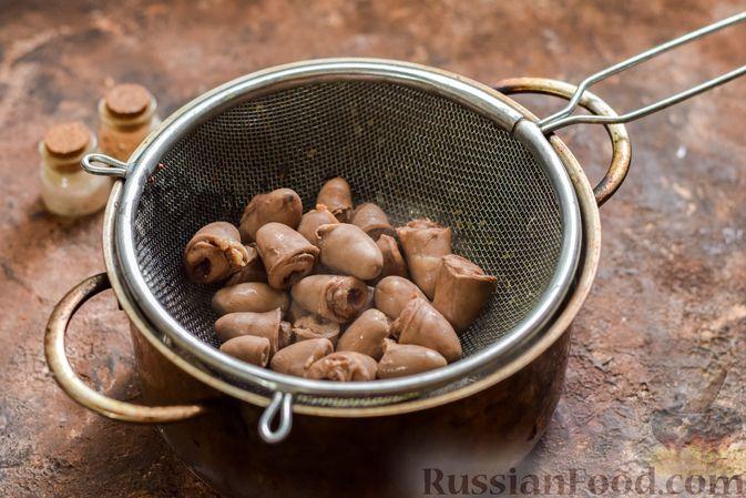 Фото приготовления рецепта: Куриные сердечки в сырном кляре,  жаренные во фритюре - шаг №3