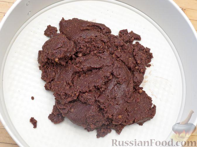 Фото приготовления рецепта: Шоколадный торт со сливочным сыром (без выпечки) - шаг №7