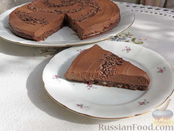 Фото приготовления рецепта: Шоколадный торт со сливочным сыром (без выпечки) - шаг №18