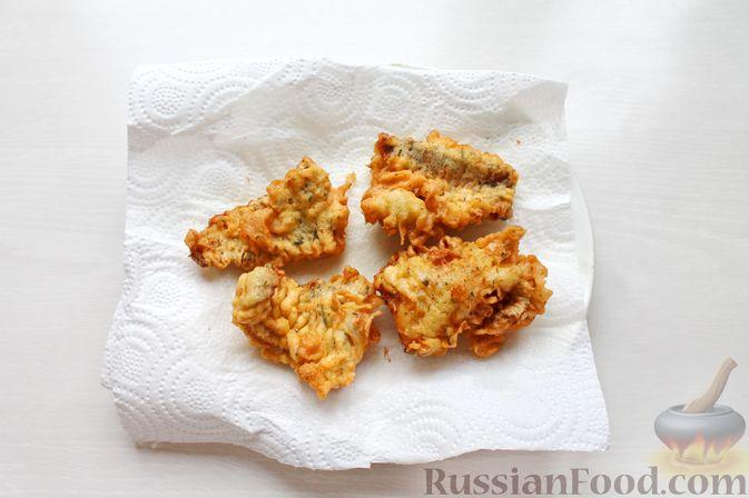 Фото приготовления рецепта: Жареная рыба в пивном кляре с картофелем фри (фиш-энд-чипс) - шаг №11