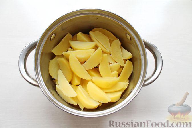 Фото приготовления рецепта: Курица, запечённая с картофелем, сладким перцем, вином и розмарином - шаг №4