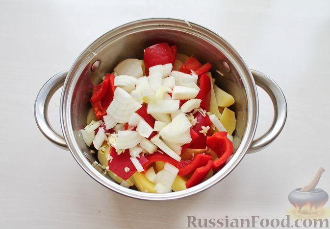 Фото приготовления рецепта: Курица, запечённая с картофелем, сладким перцем, вином и розмарином - шаг №7