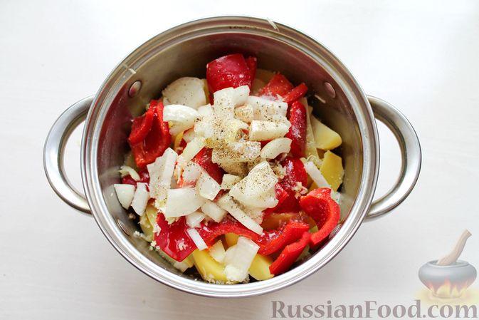 Фото приготовления рецепта: Курица, запечённая с картофелем, сладким перцем, вином и розмарином - шаг №8