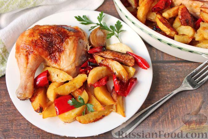 Фото приготовления рецепта: Курица, запечённая с картофелем, сладким перцем, вином и розмарином - шаг №14