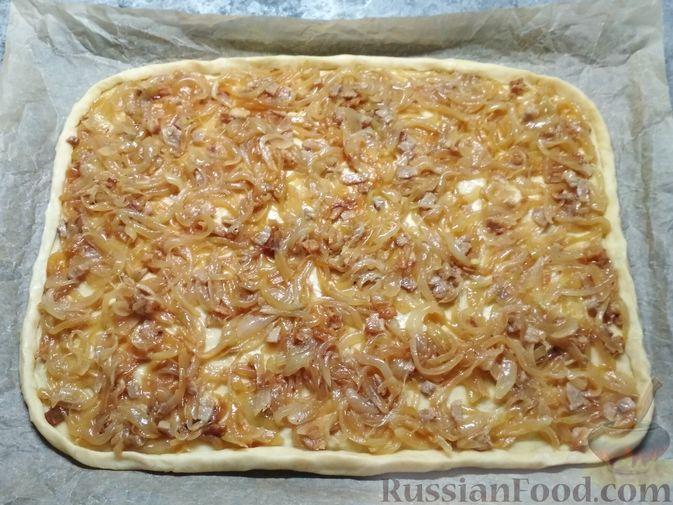 Фото приготовления рецепта: Немецкий луковый пирог - шаг №6