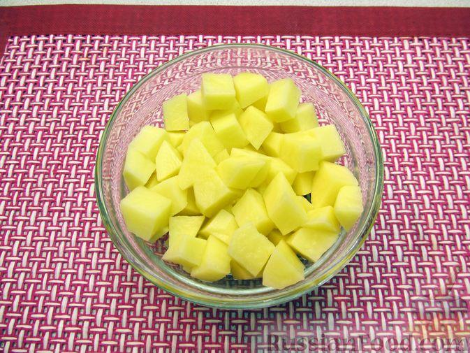 Фото приготовления рецепта: Сырный суп с куриными сердечками, булгуром и  консервированным горошком - шаг №7
