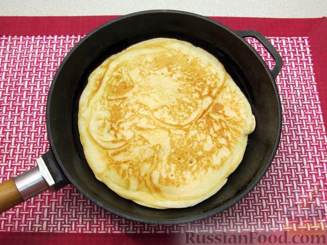 Фото приготовления рецепта: Толстые дрожжевые блины на молоке - шаг №13