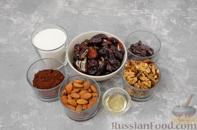 Фото приготовления рецепта: Шоколадно-ореховый десерт с финиками и кокосовой стружкой (брауни без выпечки) - шаг №1