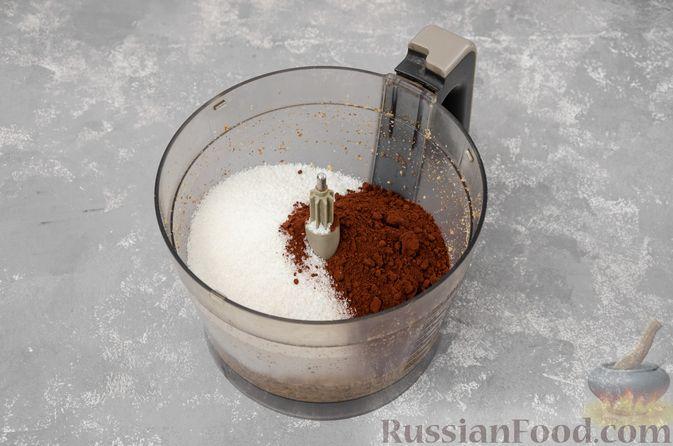 Фото приготовления рецепта: Шоколадно-ореховый десерт с финиками и кокосовой стружкой (брауни без выпечки) - шаг №3