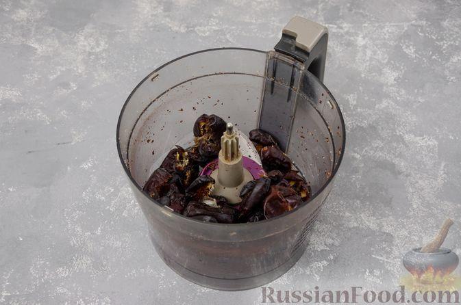 Фото приготовления рецепта: Шоколадно-ореховый десерт с финиками и кокосовой стружкой (брауни без выпечки) - шаг №4
