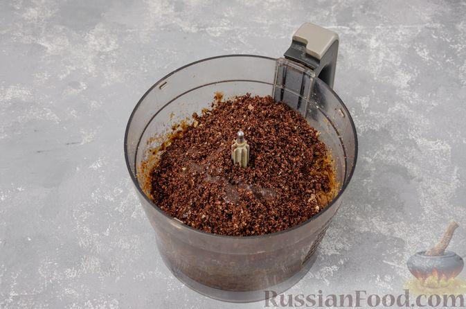 Фото приготовления рецепта: Шоколадно-ореховый десерт с финиками и кокосовой стружкой (брауни без выпечки) - шаг №6