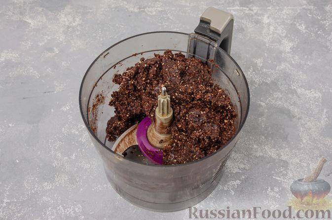 Фото приготовления рецепта: Шоколадно-ореховый десерт с финиками и кокосовой стружкой (брауни без выпечки) - шаг №7