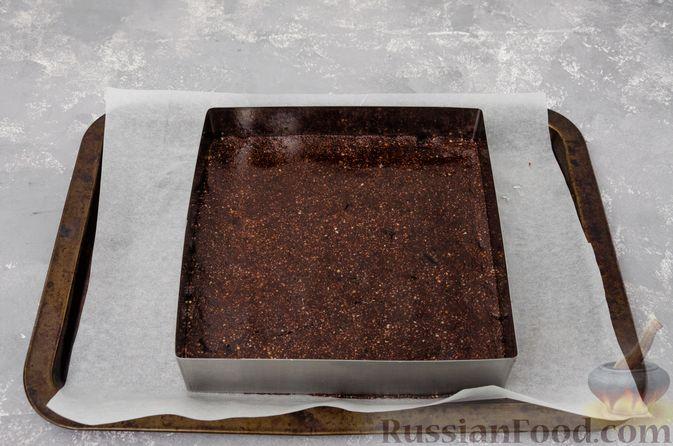 Фото приготовления рецепта: Шоколадно-ореховый десерт с финиками и кокосовой стружкой (брауни без выпечки) - шаг №8