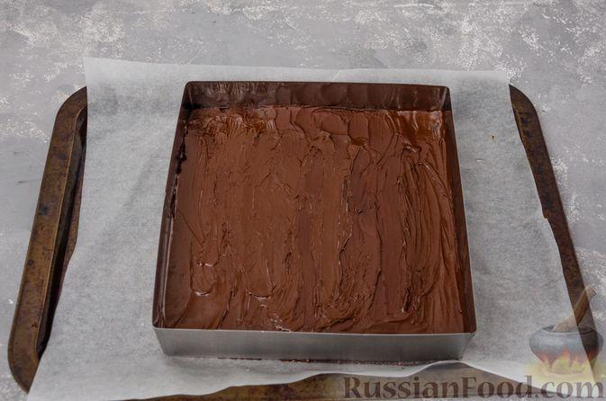 Фото приготовления рецепта: Шоколадно-ореховый десерт с финиками и кокосовой стружкой (брауни без выпечки) - шаг №10