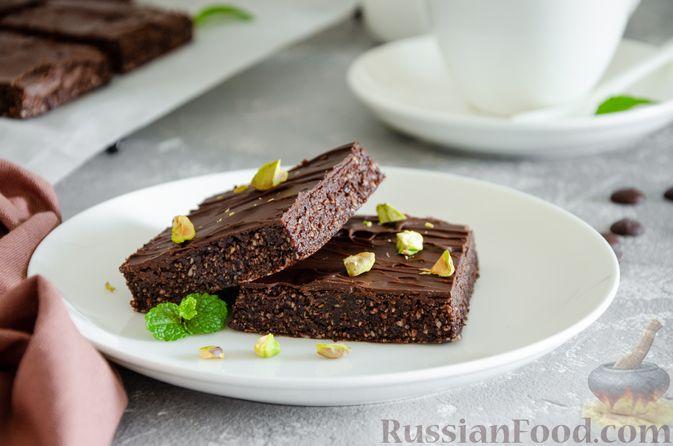 Фото приготовления рецепта: Шоколадно-ореховый десерт с финиками и кокосовой стружкой (брауни без выпечки) - шаг №12
