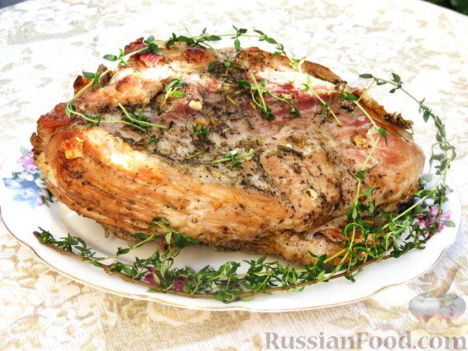 Фото к рецепту: Свиной окорок, запечённый с чесноком и пряными травами (в фольге)