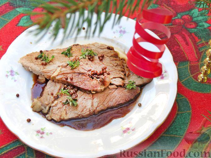 Фото приготовления рецепта: Свиной окорок, запечённый с чесноком и пряными травами (в фольге) - шаг №13