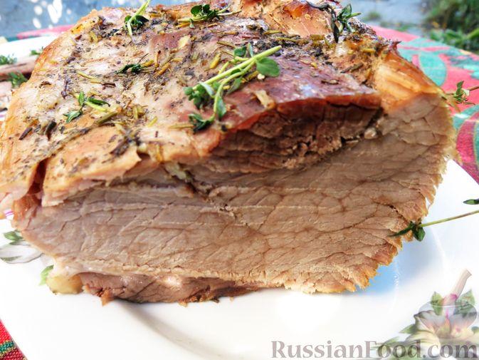 Фото приготовления рецепта: Свиной окорок, запечённый с чесноком и пряными травами (в фольге) - шаг №12