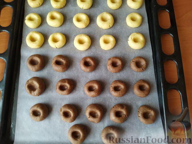 Фото приготовления рецепта: Песочное печенье с цедрой лимона и яблочным повидлом - шаг №7