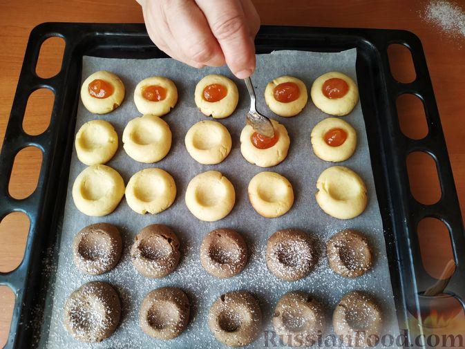 Фото приготовления рецепта: Песочное печенье с цедрой лимона и яблочным повидлом - шаг №8