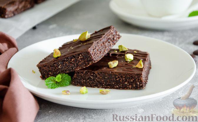 Фото к рецепту: Шоколадно-ореховый десерт с финиками и кокосовой стружкой (брауни без выпечки)