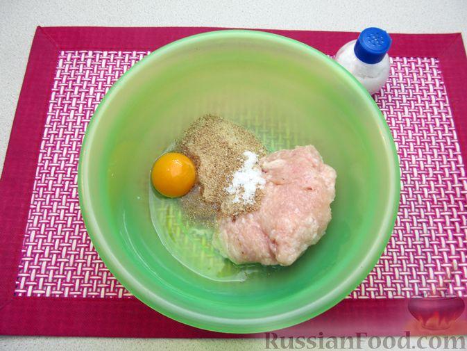 Фото приготовления рецепта: Суп с куриными тефтелями, лапшой и помидорами - шаг №2