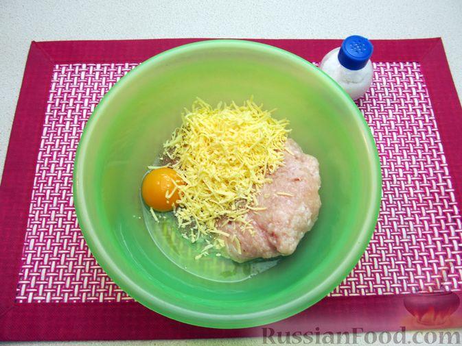Фото приготовления рецепта: Суп с куриными тефтелями, лапшой и помидорами - шаг №3