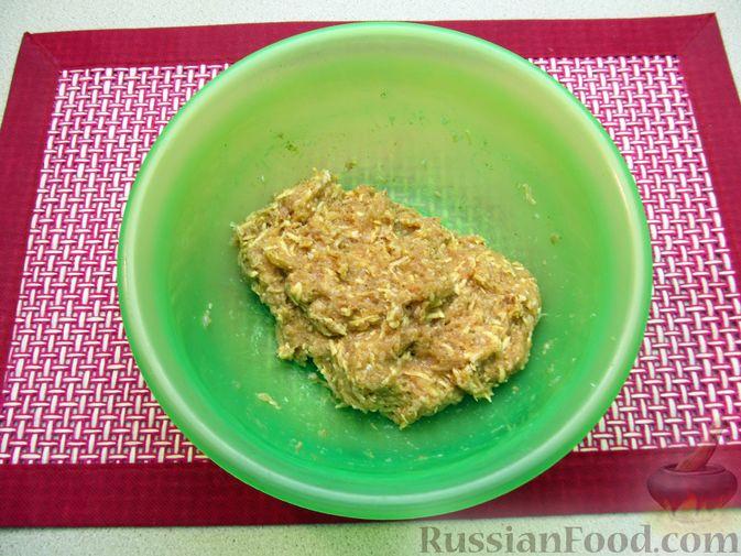 Фото приготовления рецепта: Суп с куриными тефтелями, лапшой и помидорами - шаг №4