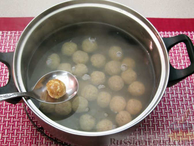 Фото приготовления рецепта: Суп с куриными тефтелями, лапшой и помидорами - шаг №6