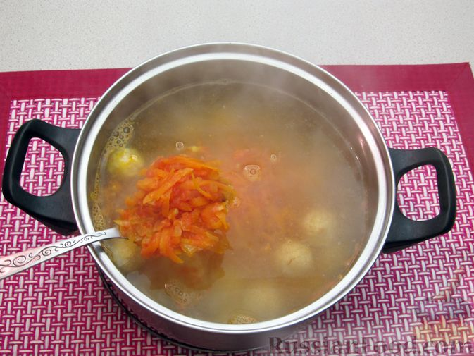 Фото приготовления рецепта: Суп с куриными тефтелями, лапшой и помидорами - шаг №12