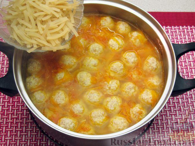 Фото приготовления рецепта: Суп с куриными тефтелями, лапшой и помидорами - шаг №13