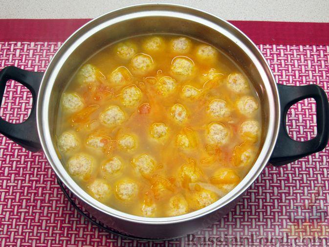 Фото приготовления рецепта: Суп с куриными тефтелями, лапшой и помидорами - шаг №14