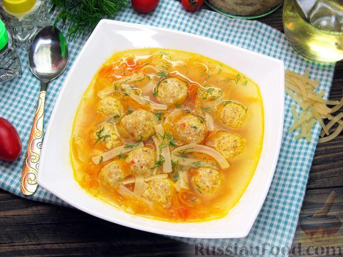 Фото к рецепту: Суп с куриными тефтелями, лапшой и помидорами