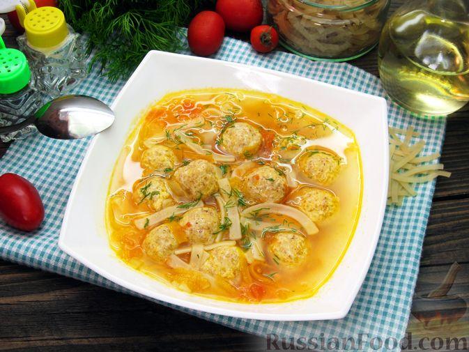 Фото приготовления рецепта: Суп с куриными тефтелями, лапшой и помидорами - шаг №15